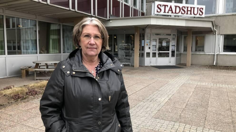 En kvinna står framför kommunhuset i Bollnäs