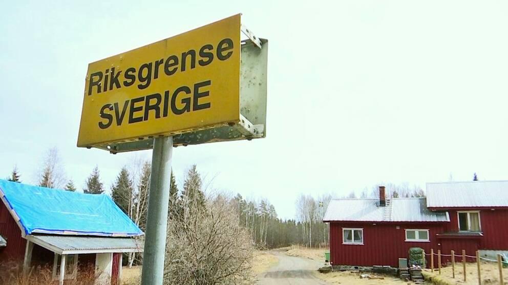 Skylt på riksgränsen mellan Sverige och Norge