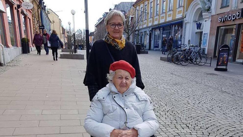 äldre kvinna med anhörig på stan