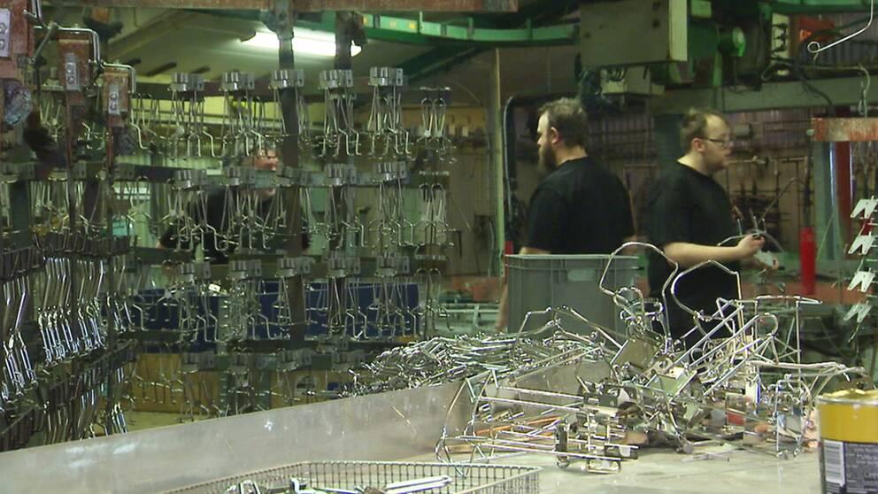Bild från produktionen av hållare till handspritflaskor och tvålflaskor på Harry Holms AB i Munkfors