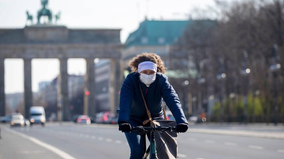 En person i Berlin under den pågående coronapandemin