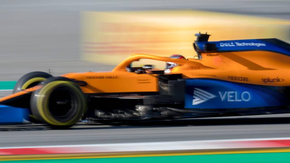 Carlos Sainz är en av McLaren-förarna som nu får lägre lön en tid framöver.