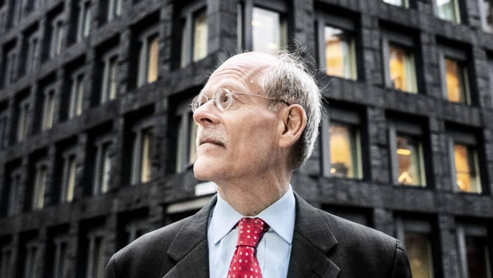 Stefan Ingves framför Riksbanken