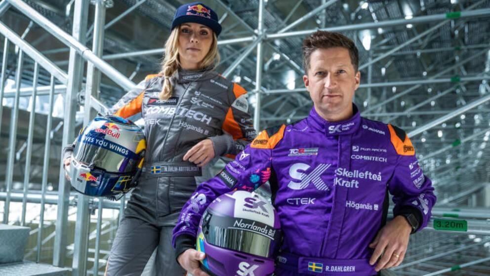 Två personer på bilden iklädda racingoveraller och med hjälmar i varsin hand. Mikaela Åhlin-Kottulinsky till vänster och Robert Dahlgren till höger.