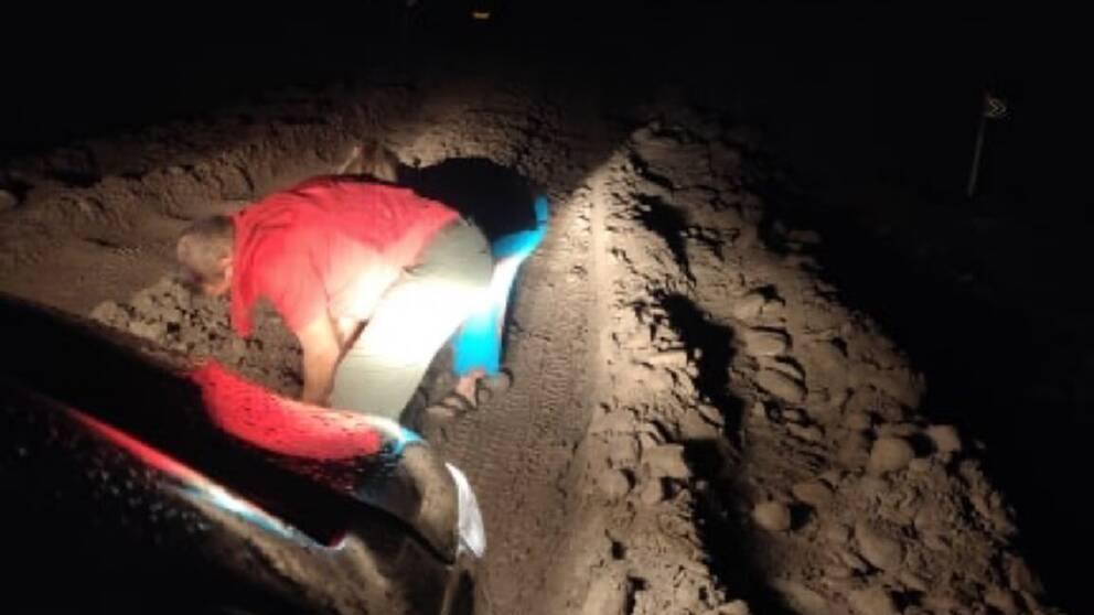 Vägen var så dålig att Rosanna fick kliva ur bilen och hjälpa till att gräva i marken för att färden skulle kunna gå vidare.