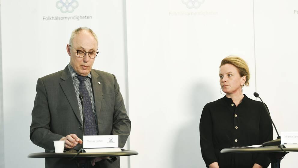 Från vänster: Thomas Lindén från Socialstyrelsen på fredagens pressträff, bredvid honom står Johanna Sandwall, krisberedskapschef på Socialstyrelsen.