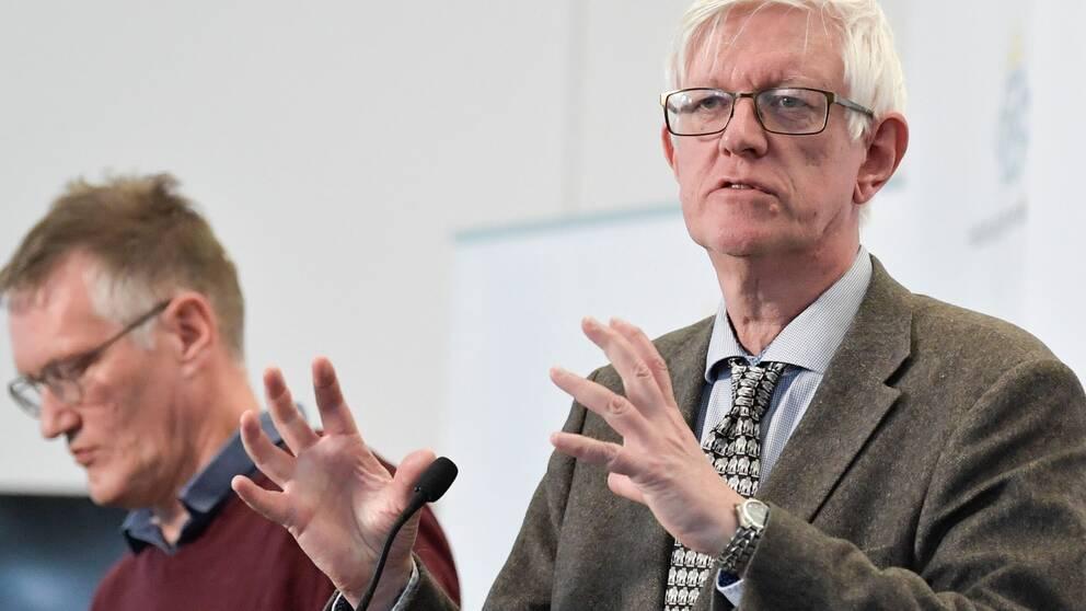 Hör varför statsepidemiolog Anders Tegnell och folkhälsomyndighetens generaldirektör Johan Carlson pratar som de gör i klippet ovan.