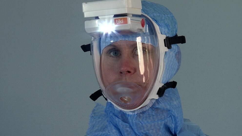 Therese har skyddsmask på sig.
