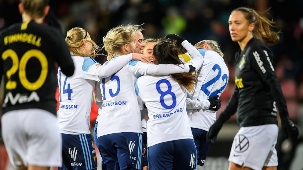 Djurgårdens Olivia Schough jublar med lagkamrater under en cupmatch mot AIK i februari.