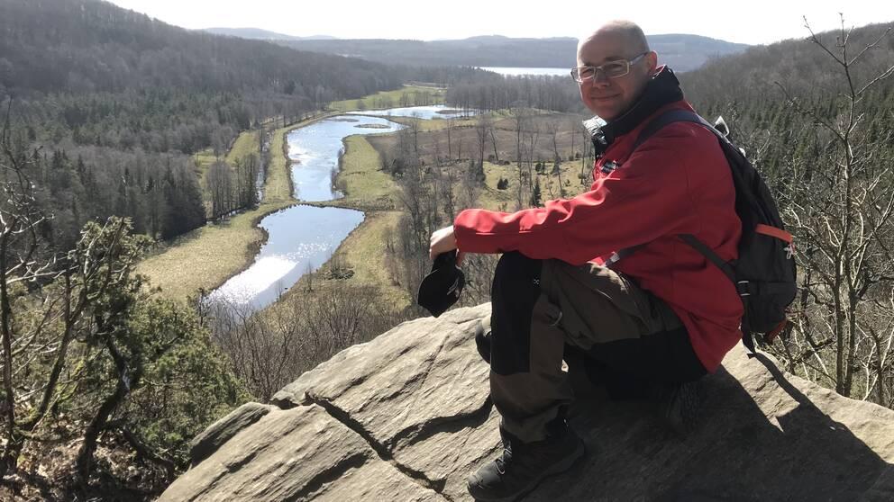 """Reservatsfrövaltaren Mikael Stenström njuter av utsikten på Hiaklitten i Varbergs kommun. """"Troligtvis länets mest fotograferade utsikt"""", säger han."""