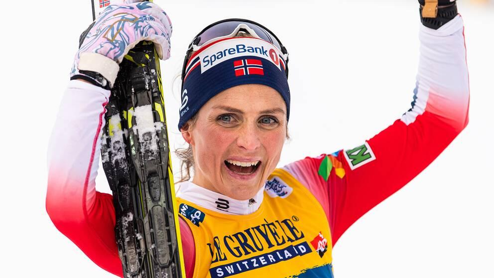 Therese Johaug firar en av sina många segrar under den gångna säsongen.