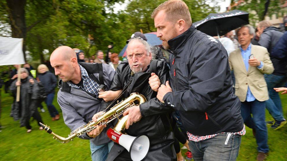 Dror Feiler förs bort under en motdemonstration mot Svenskarnas Parti under Almedalen i fjol.