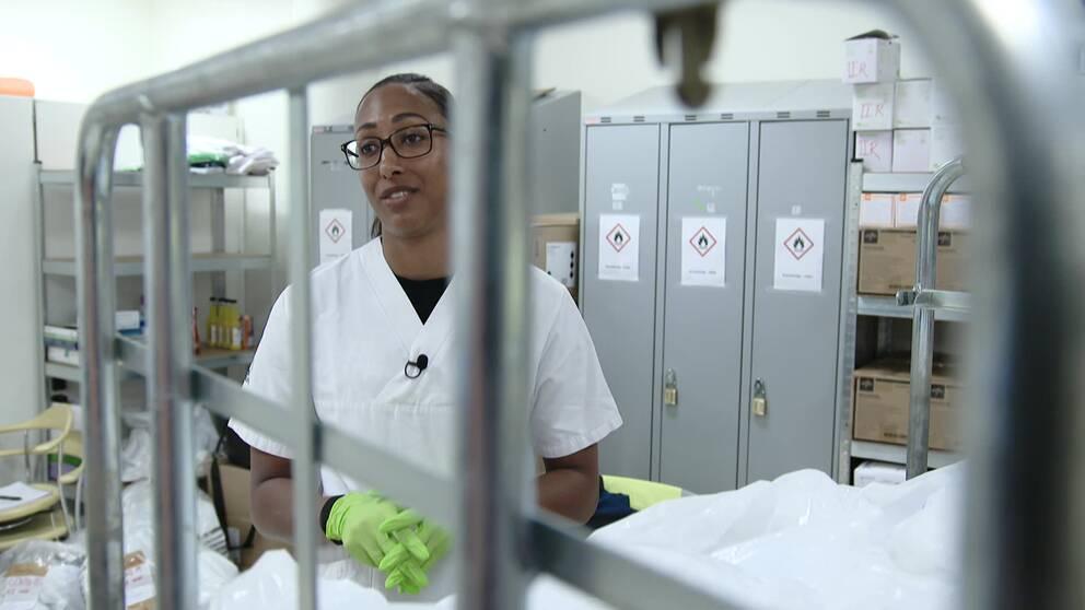 Landslagsstjärnan Kalis Loyds insats – hjälper till på sjukhus.