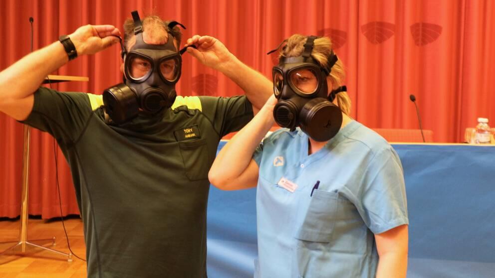 man och kvinna i vården visar skyddsmasker för coronavård
