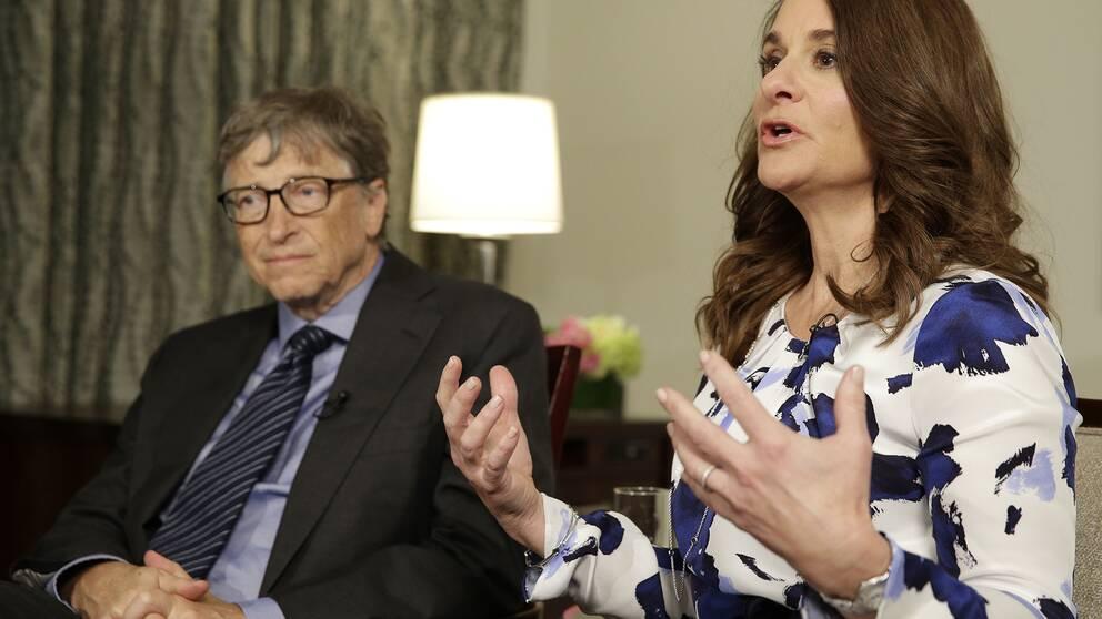Från vänster: Bill Gates sitter bredvid Melinda Gates i en avslappnad miljö. Melinda Gates gestikulerar med händerna medan hon pratar.