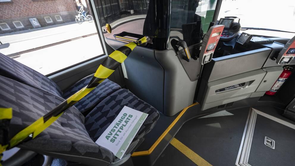 Bild på en av Skånetrafikens bussar där det främre bussätet spärrats av.