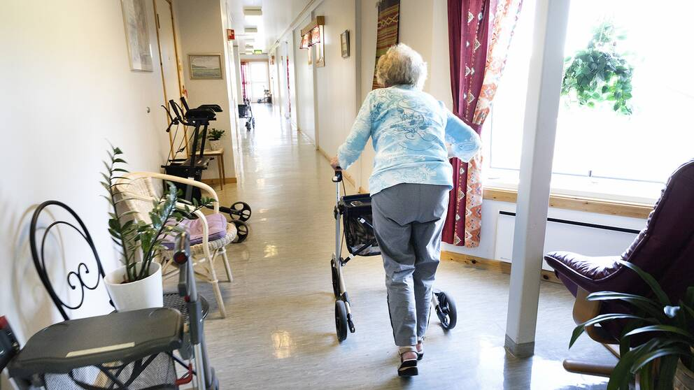 Kvinna med gåstol på äldreboende