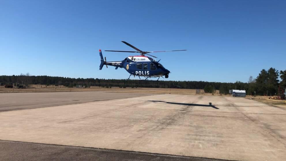 Helikopter landar på landningsbana