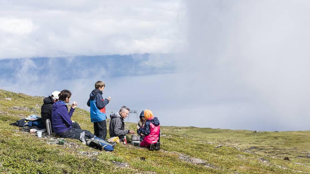 Om rådande restriktioner råder kan det bli att många semestrar i Sverige i år
