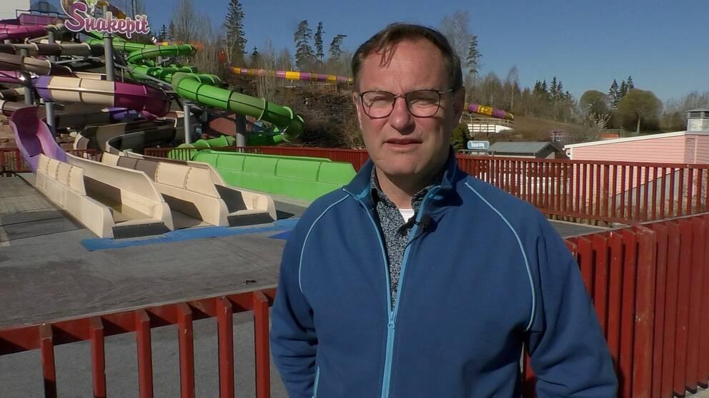 Janne Nilsson, vd Skara Sommarland, framför åkattraktionen Snakepit