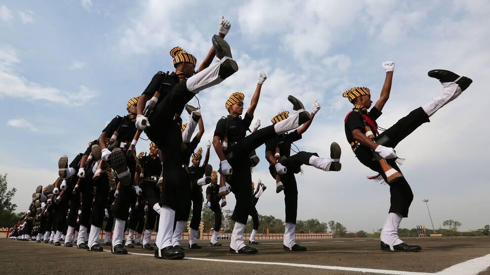 Soldater i indiska armén i militärparad nära staden Bhopal i Indien 29 februari 2020.
