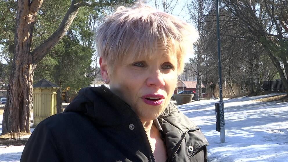 psykiatrikernUrsulaWerneke utomhus med snö och träd i bakgrunden.
