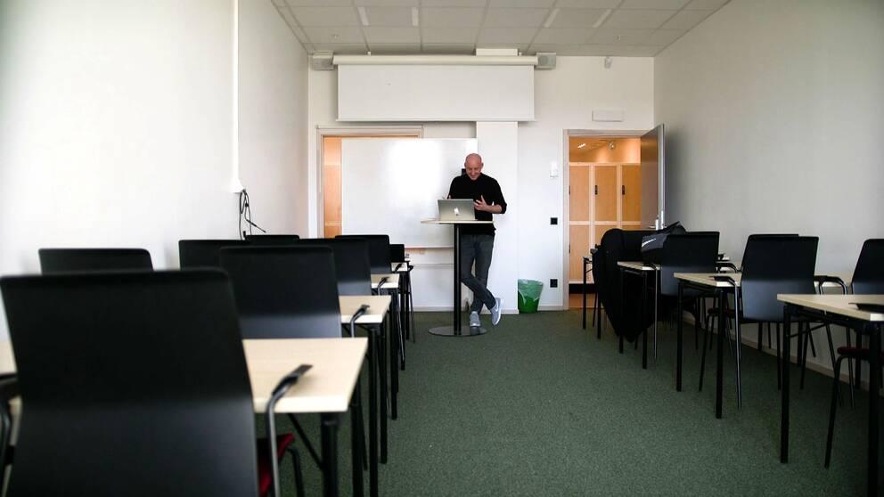 Lärare undervisar i tom sal utan elever