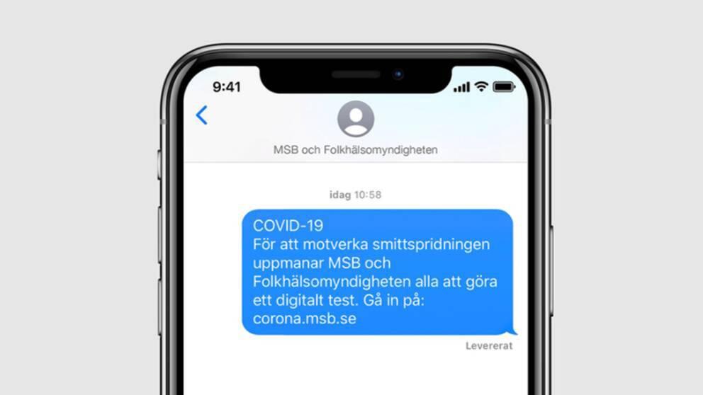 """Ett sms från MSB och FHM syns på en smartphone med texten: """"COVID -19. För att motverka smittspridningen uppmanar MSB och Folkhälsomyndigheten alla att göra ett digitalt test. Gå in på: corona.msb.se"""""""