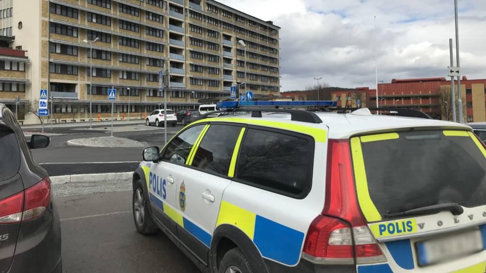 Polisbil vid sjukhuset i Sollefteå.
