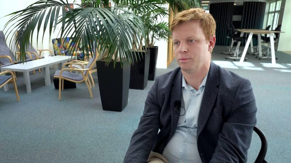 Andreas Larsson, verksamhetsområdeschef på Försäkringskassan, beklagar de långa väntetiderna.