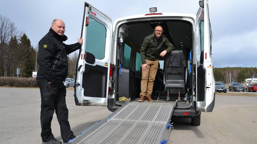 Mathias Sundin, samordnare på Region Västernorrland visar upp den första bilen tillsammans med Håkan, ny specialchaufför.