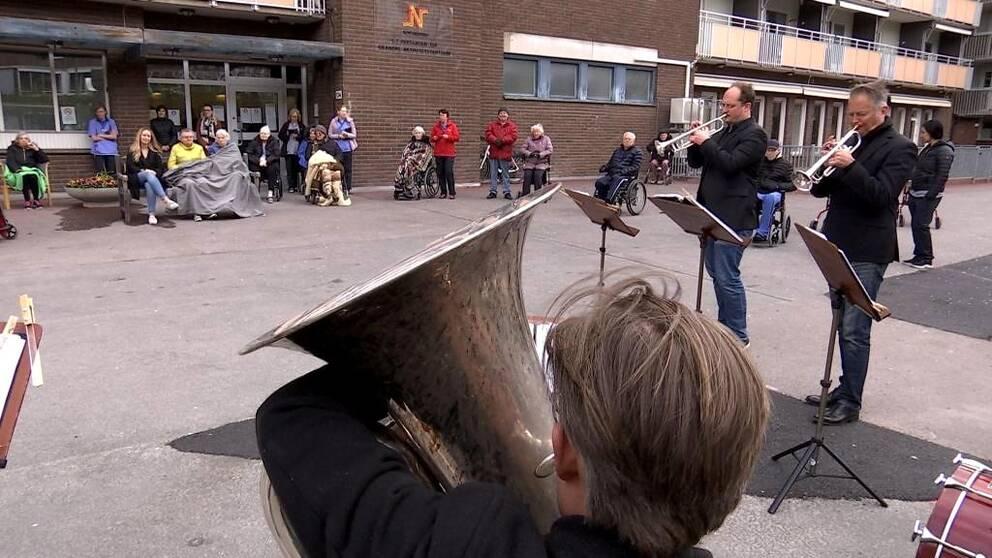 Musiker ur Norrköpings symfoniorkester på innergård