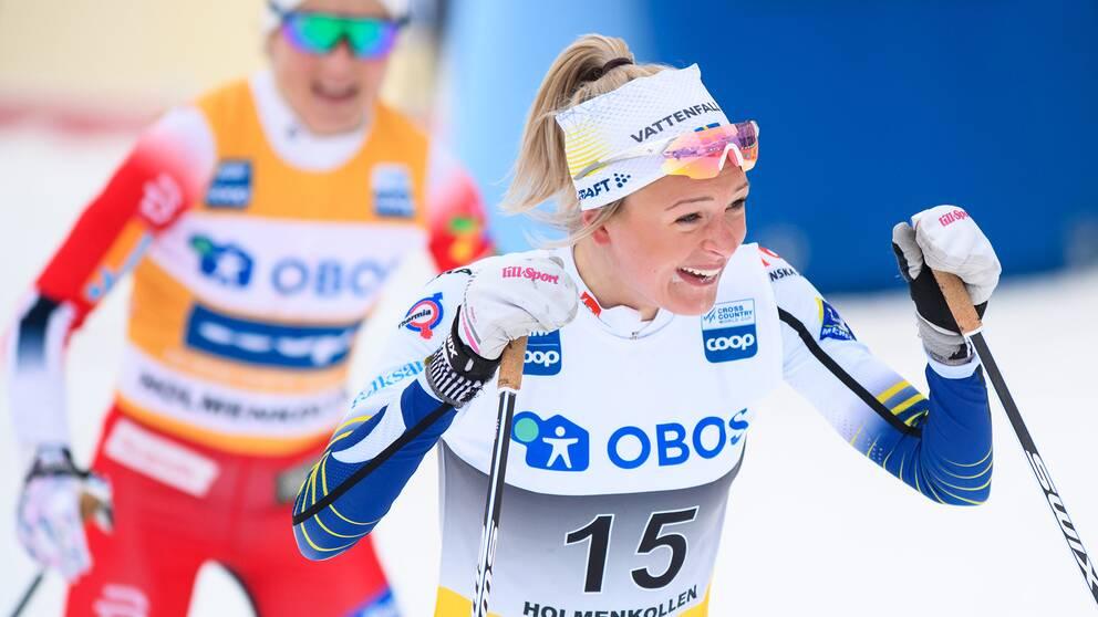 Frida Karlsson jublar i Holmenkollen i mars.