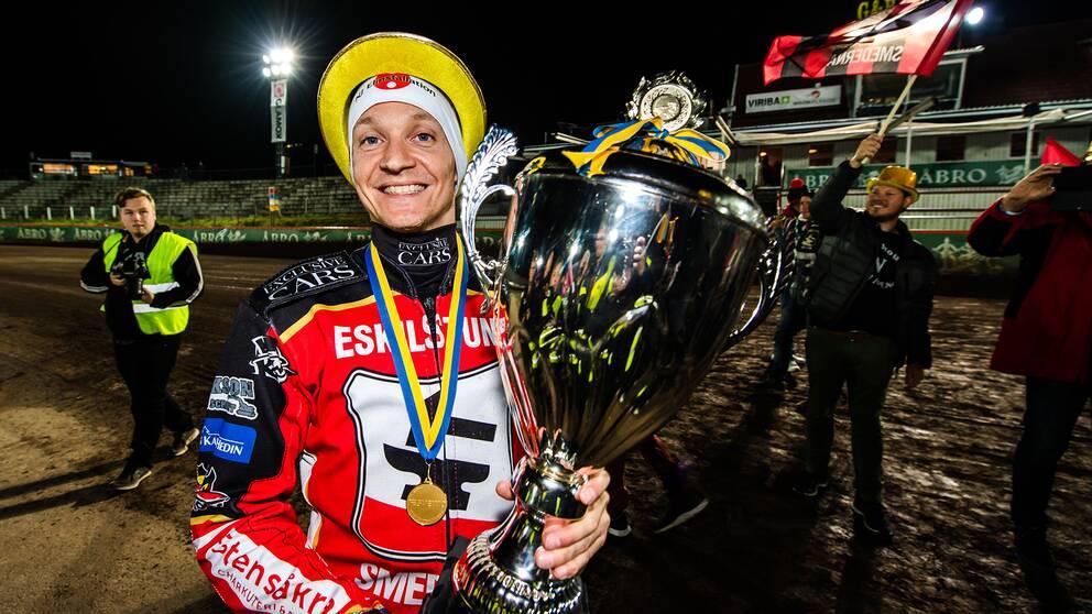 Smedernas Fredrik Lindgren poserar med pokalen efter att ha vunnit SM-guld 2019.