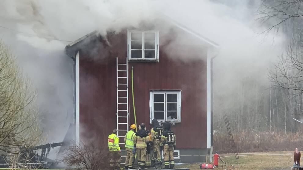 Fullt utvecklad villabrand i Liden – ingen kontakt med ägarna