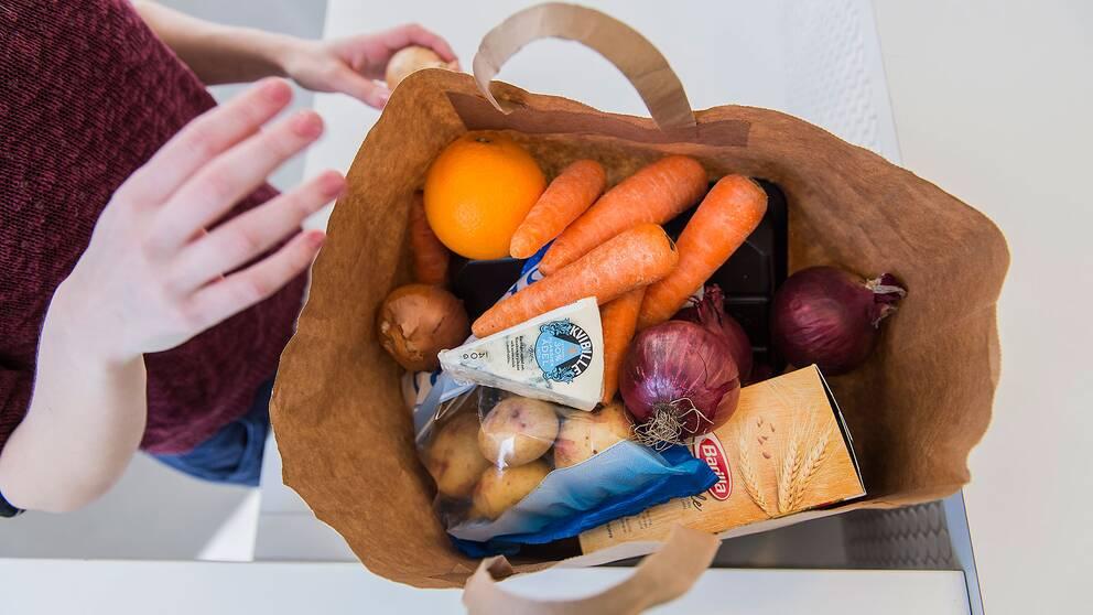 En kassse med mat