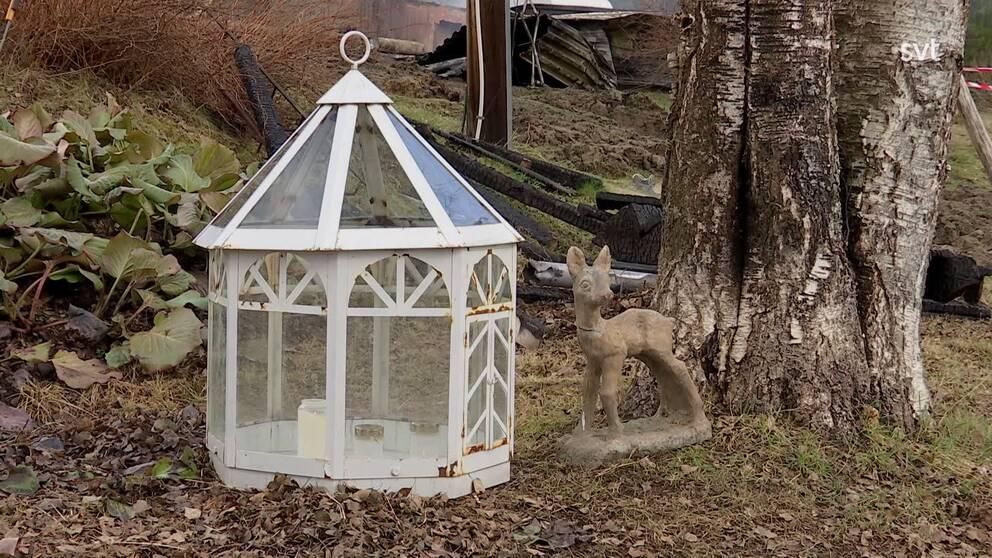 ljuslykta och prydnadsdjur i trädgård