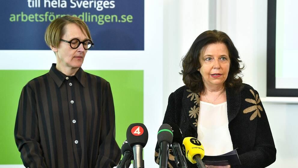 Annika Sundén, analyschef på Arbetsförmedlingen, och Generaldirektör Maria Mindhammar, under en pressträff i Stockholm.