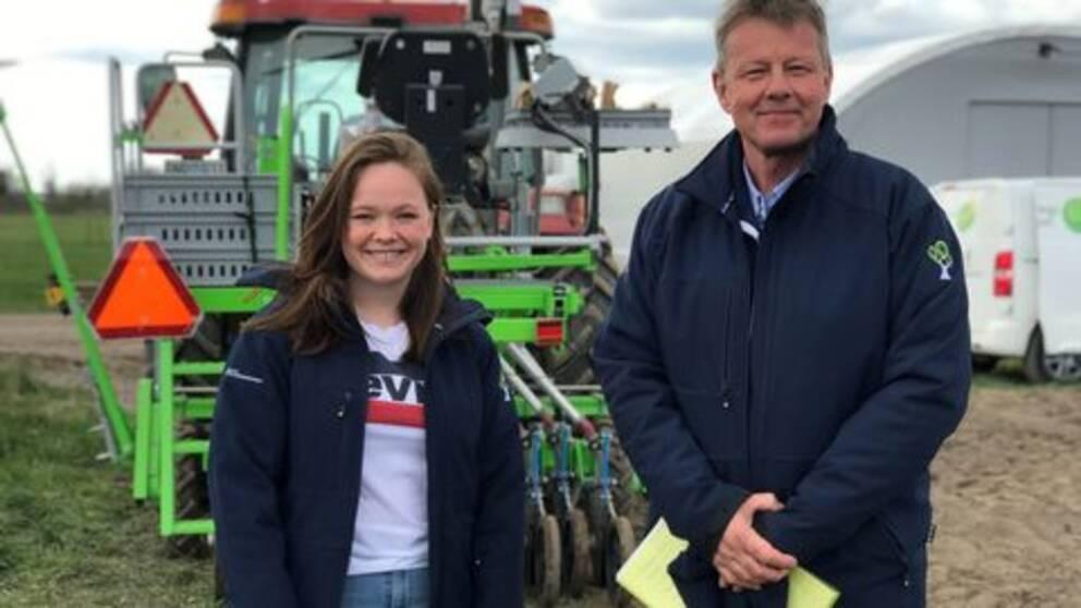 Alice Broo, student, och Hans Nilsson, lärare, framför traktor med såddmaskin.