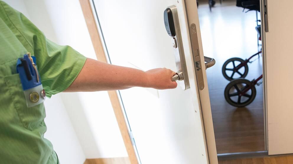 Personal öppnar dörr till äldreboende