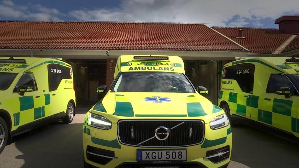 Ambulanser uppställda utanför ambulansstationen i Fagersta.