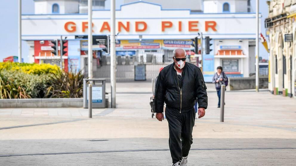 En man vid berömda Grand Pier i Weston-Super-Mare i England.