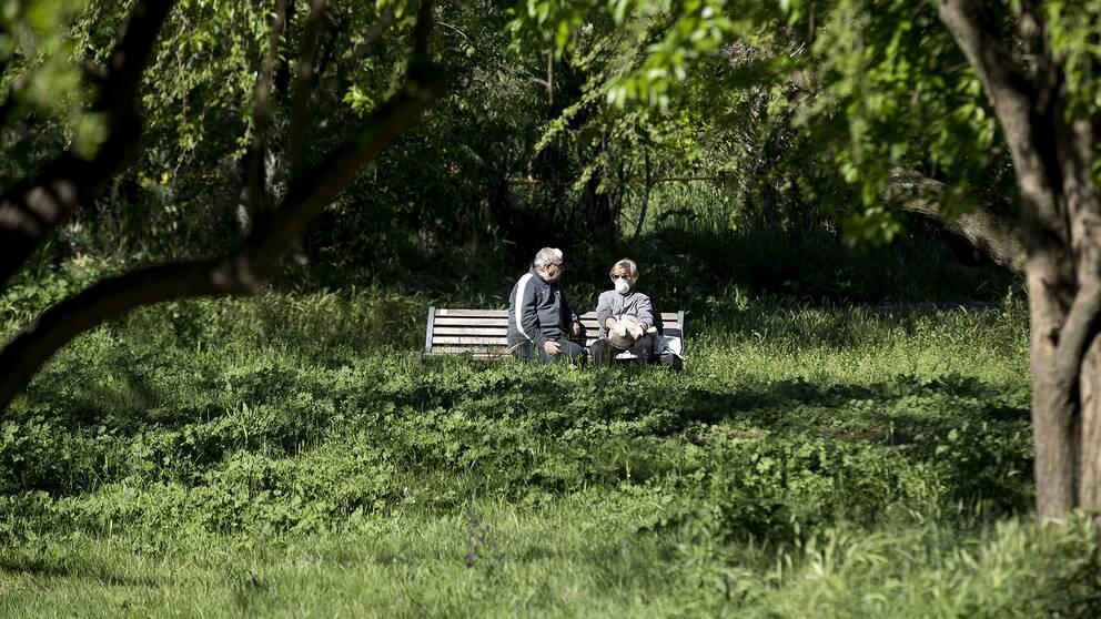 Två äldre på en parkbänk.
