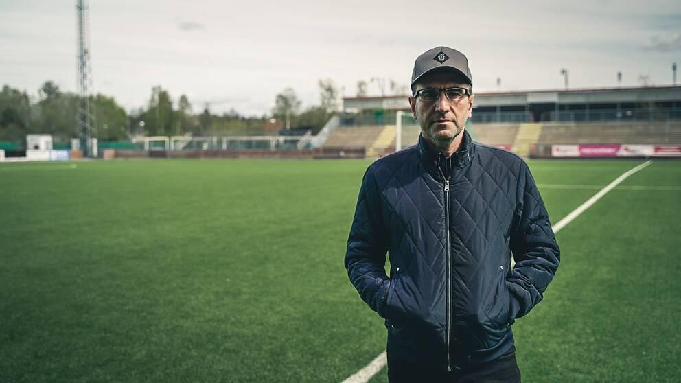 Cupgeneralen Ninous Toma står i fotbollsarenan i Scaniarinken