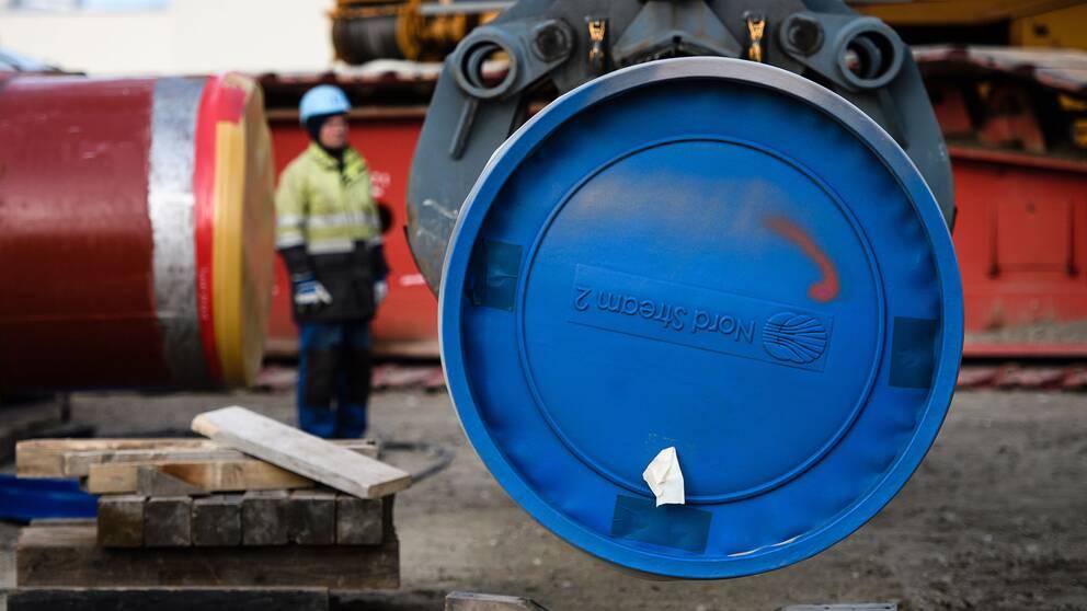 Arbetet med att bygga naturgasledningen Nord Stream 2 mellan Ryssland och Tyskland stoppades på grund av amerikanska sanktioner.