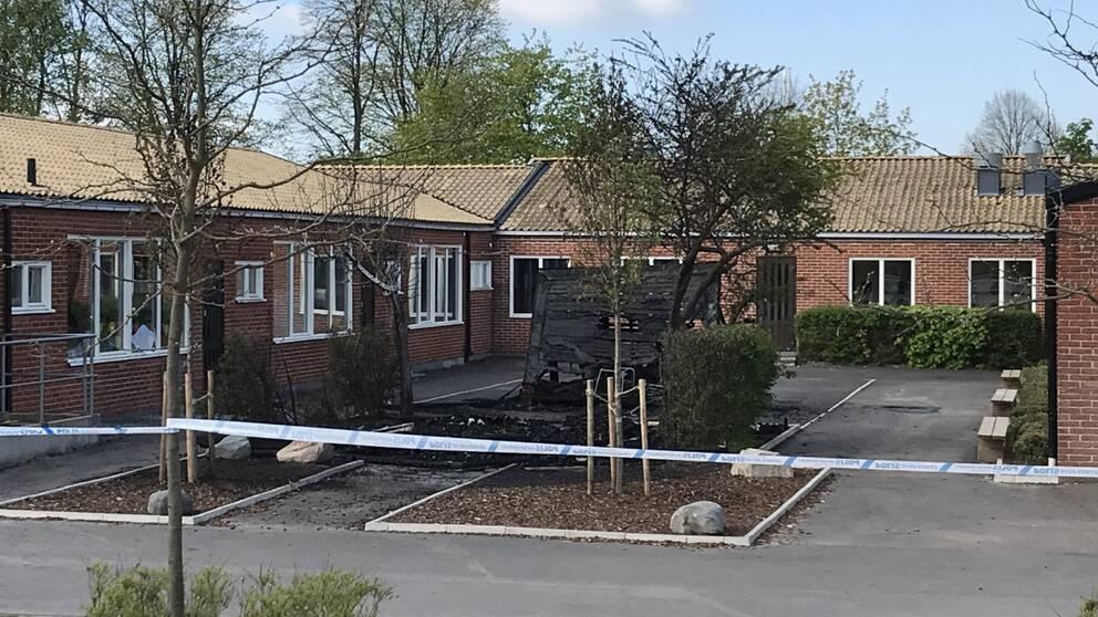 Polisen misstänker att nattens brand i en byggnad intill Palettskolan var anlagd.