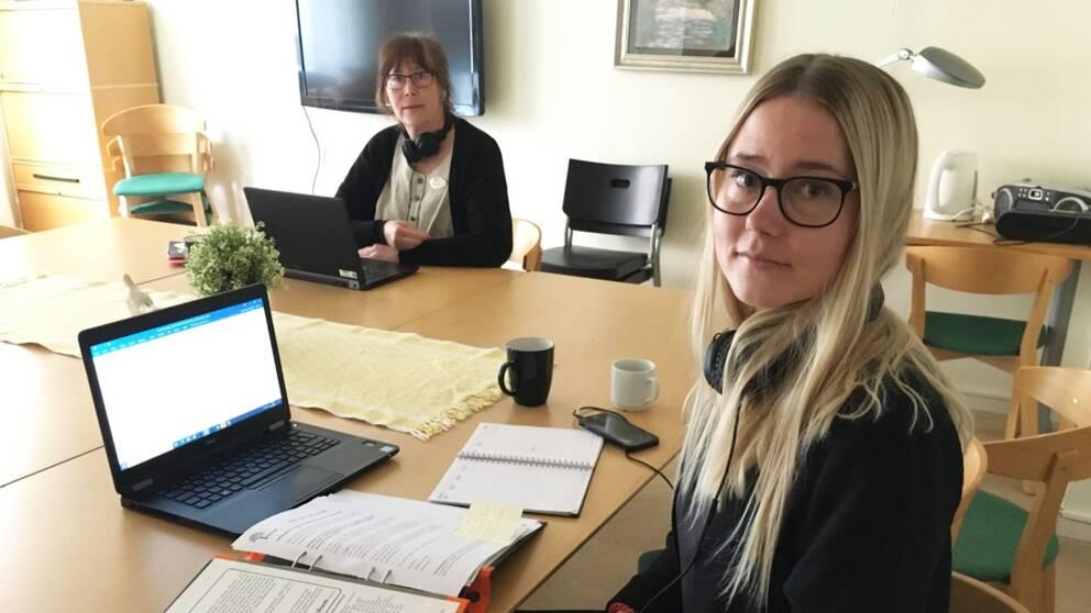 Gunilla Svang Hermansson och Anna-Maria Johansson arbetar på telefontjänsten.