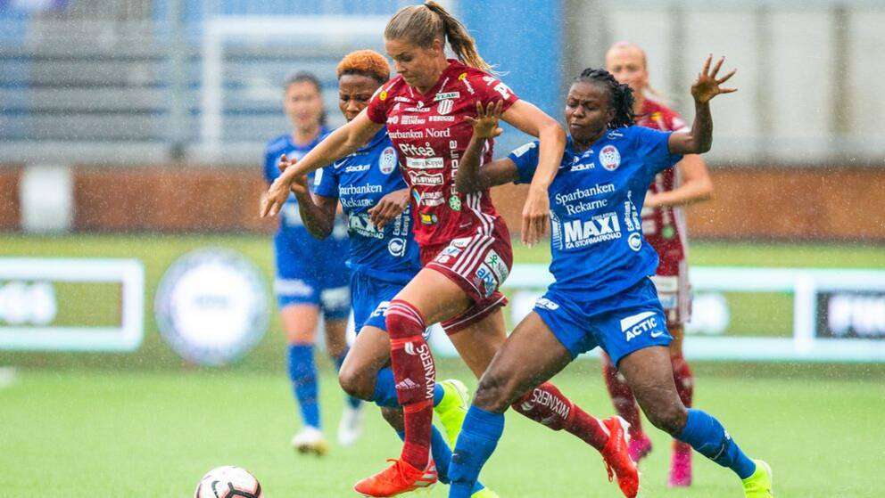 Piteås Nina Jakobsson i närkamp med Eskilstunas Sonia Okobi under säsongen 2019.