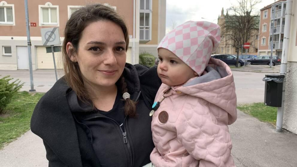 Kvinna tillsammans med ett barn i famnen