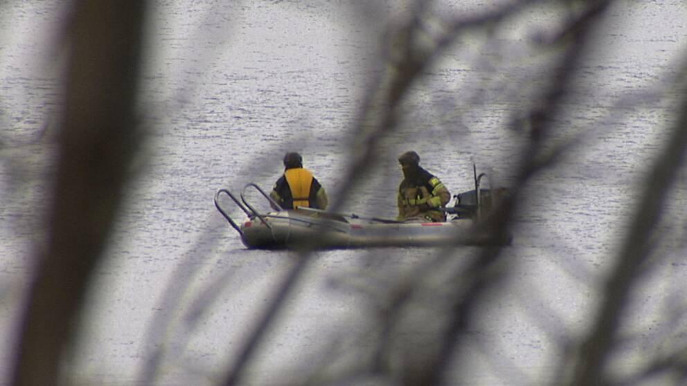 Räddningspersonal i båt